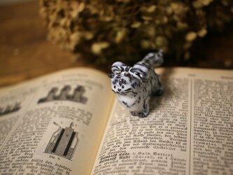 【受注制作】長毛猫のミニミニオブジェ立ちポーズ(リボンつき)の画像
