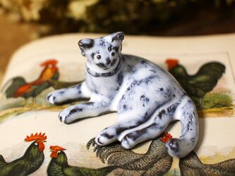 【受注制作】寝ころび猫のミニミニオブジェ(リボンつき)の画像