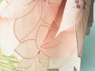 草木染刺繍ハンカチ テッセン(サーモンピンク)の画像