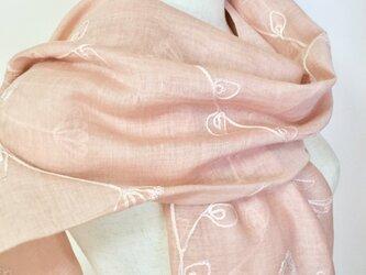 草木染シルクコットンアイビー刺繍ストール(サーモンピンク)の画像