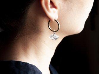 美しい2つのバランスと石で耳元を飾る。タールインクォーツのフープピアス。(TJ10953)の画像