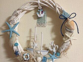 ブルー系 ヨットと流木のマリンリース LLの画像