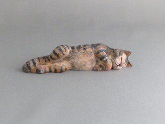 お昼寝マリー トラ猫 木彫りの猫の画像