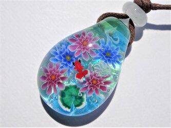 《睡蓮と金魚》 ペンダント ガラス とんぼ玉 睡蓮 金魚 花 夏の画像
