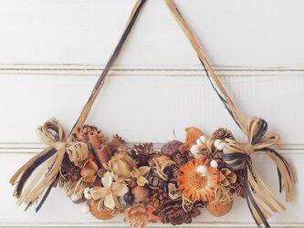 【トロッケンクランツ】いろいろ木の実の弓型飾り/ナチュラルMの画像