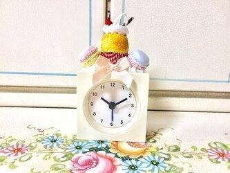 スイーツデコ カップケーキとマカロンのかわいい時計♪アラームOK の画像