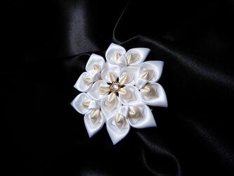 花の雫(ホワイト×クリーム)|つまみ細工のコサージュの画像