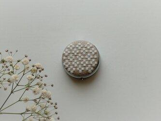 【再販】こぎん刺しのピルケース(アクセサリーケース)ミラー付き・サークルM・白い花の画像
