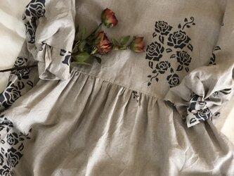 再販♪ステンシル風薔薇柄ツイストスリーブギャザーワンピースの画像