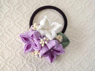 〈つまみ細工〉紫陽花のヘアゴム(藤色と白)の画像