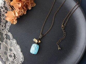 チェリーブランド・ヴィンテージ ハンドメイドのブルーガラスとお花のネックレスの画像