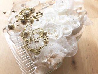 【プリザーブドフラワー/グランドピアノシリーズ】清楚な白い薔薇に純粋な想いを込めての画像