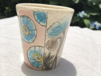 青いケシのカップの画像