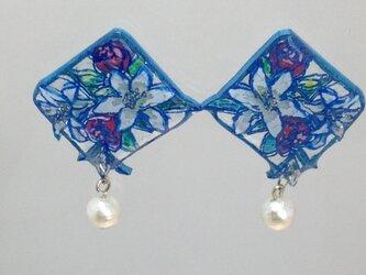 涼やかな百合とバラ模様のピアス(アクアブルー)の画像