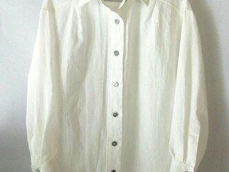 上質のベルギーリネンの白いシャツの画像