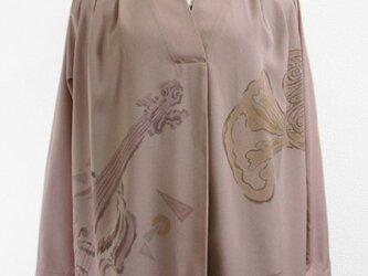 楽器模様の長袖カシュクールブラウス(ピンクグレー)の画像