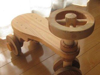 杉の木の乗り物おもちゃ(丸ハンドル)の画像