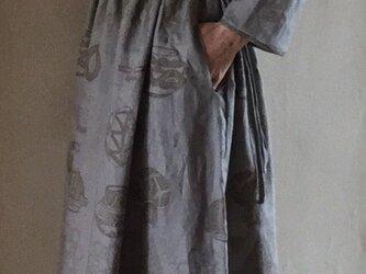 幾何学模様やうつわの柄のロングリネンワンピース ⁂ 薄いグレー ⁂ ローウエストタイプの画像