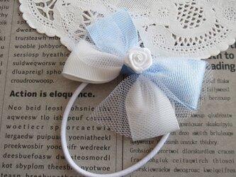 ★りぼん★ 大きめの白いバラと水色ドットと白のダブルリボンのヘアゴムの画像