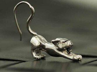 伸びをする猫のピアス【送料無料】あくびをしながら伸びをする、脱力猫のドロップピアスの画像