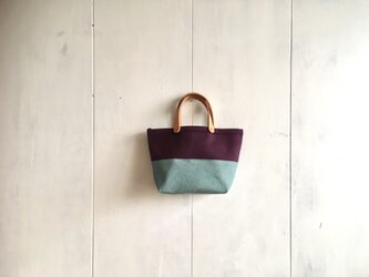 葡萄色と空色の小さな鞄の画像
