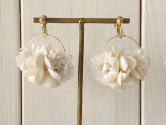 染め花のフープイヤリング(M・オフホワイト)の画像