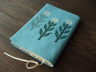 クロスステッチ花刺繍の文庫本ブックカバー 水色の画像