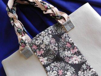 グレーレザーにちょいと花柄がはいった手提げ ピンクの差し色の画像