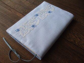 クロスステッチ花刺繍の文庫本ブックカバー ブルー×ホワイトの画像