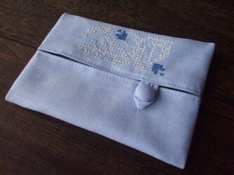 クロスステッチ花刺繍のティッシュケース ブルー×ホワイトの画像
