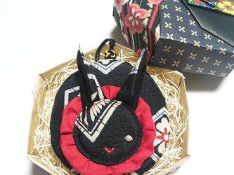 独眼黒うさぎ丸(亀甲菱散らし文様のミニ丸ポーチ)の画像