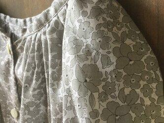送料込 綿麻小花柄ブラウス グレーの画像