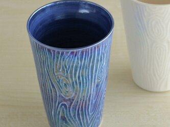 煌めく木目のビアカップ(青)の画像