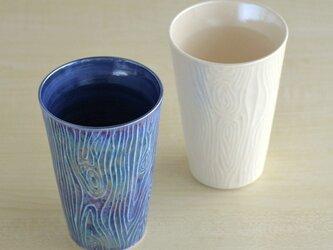 煌めく木目のビアカップ (白)の画像