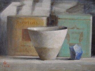 カップと2つの紅茶の缶の画像