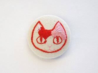 くるみボタンの刺繍ブローチ(ミケ)の画像