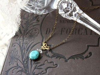 ターコイズと真鍮フィリグリーでクラシカル シックで愛らしいネックレス(ペンダント)の画像