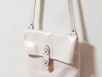 [受注生産] 封筒の形をした革のショルダーバッグ 白の画像