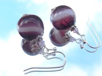夏祭りのヨーヨーの様な赤紫の吹きガラスのピアス 小玉の画像