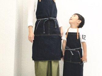 【親子コーデ子供用】バイオウォッシュ14.7ozセルビッチデニムと極厚オイルヌメのエプロン【インディゴ】の画像