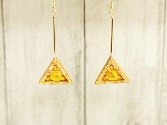 陶・三角のピアス*クイリングの薔薇を添えての画像