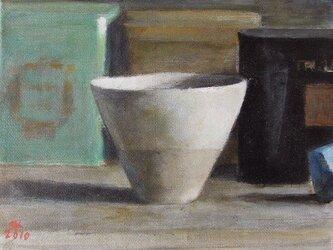 カップと3つの紅茶の缶の画像