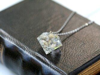 白色のかすみ草と銀箔のダイヤモンド型ネックレス の画像