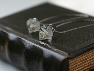 白色のかすみ草と銀箔のダイヤモンド型アメリカンピアス(イヤリング、ノンホールピアス可)の画像