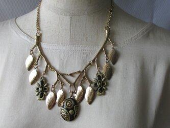 枝モチーフとビンテージビーズのネックレス の画像
