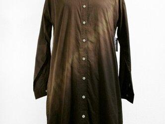 長袖コットンシャツ・ミディ丈(こげ茶色濃淡斜め絞り染)の画像