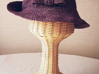 リボンが可愛い 貴婦人のような夏の帽子の画像