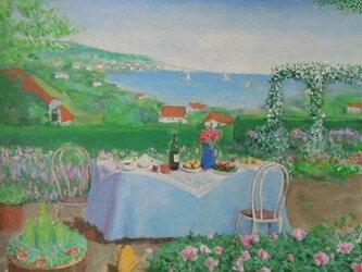 海の見える丘/水色のテーブルの画像