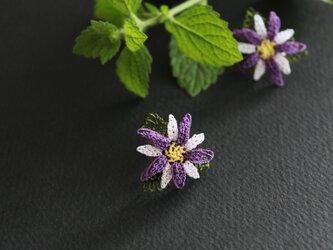 イーネオヤ⁂白x紫のお花のイヤリングの画像