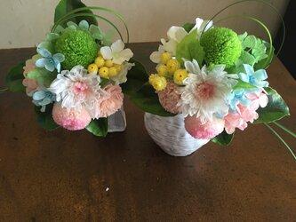 パステルカラーの仏花の画像